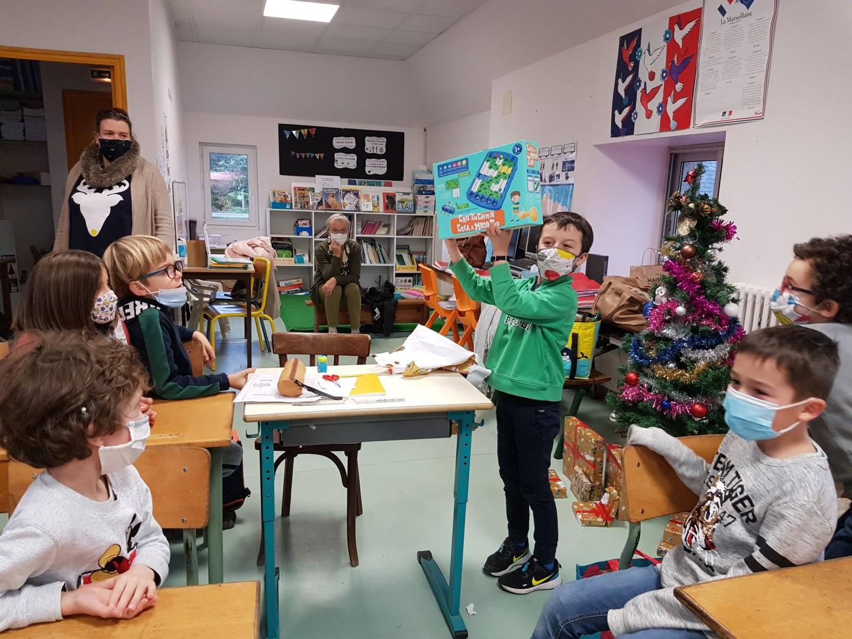 Le Père Noël gâte les enfants !