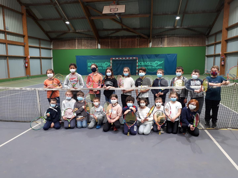 Les élèves pratiquent le tennis